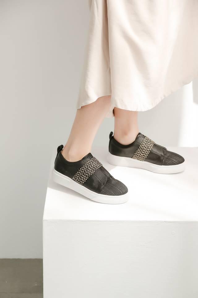 好搭舒适的定番款式必须拥有!3双不分风格都实穿的黑色平底鞋
